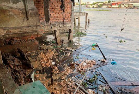 Sạt lở trên sông Cần Thơ, năm căn nhà bị trôi mất gần một nửa