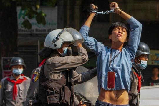 Cảnh sát đàn áp quy mô lớn nhất khi Đại sứ Myanmar ở Liên Hợp Quốc kêu gọi chống quân đội, một người chết