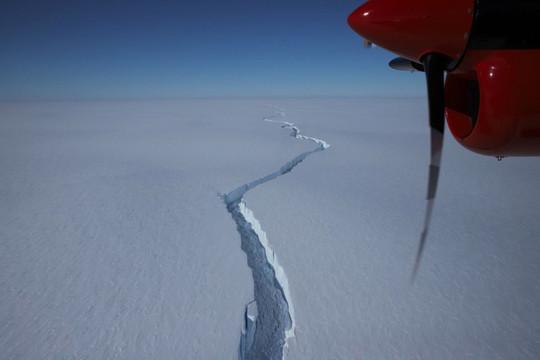 Phát hiện vết nứt khổng lồ tách tảng băng trôi rộng 1.270km2 ở Nam Cực