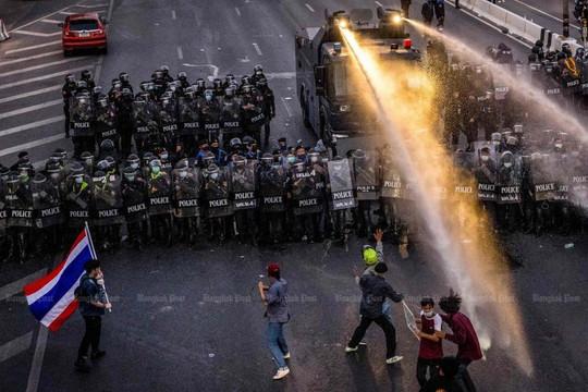 Biểu tình chống quân đội lan từ Myanmar sang Thái Lan, cảnh sát Thái triển khai vòi rồng và đạn hơi cay