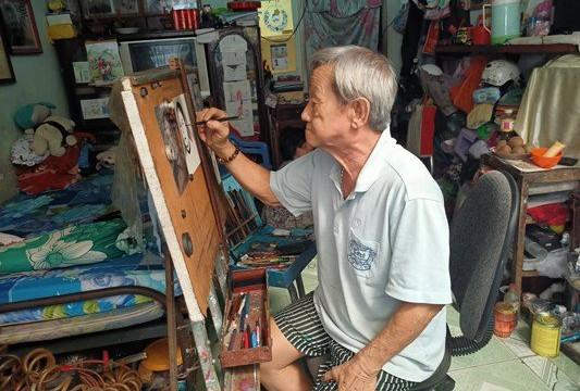 Chuyện về người họa sĩ vẽ bảng hiệu truyền thống giữa lòng Tây Đô