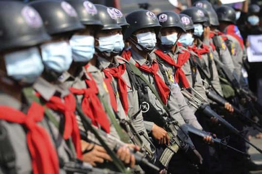Không muốn tấn công người biểu tình chống đảo chính, 19 cảnh sát Myanmar trốn sang Ấn Độ