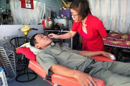 Reuters cảm thương thợ cắt tóc Việt 1 tay bị chồng bỏ sau tai nạn, một mình nuôi hai con