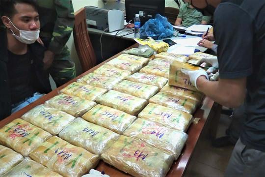Bắt kẻ vận chuyển 180.000 viên hồng phiến, 2 bánh heroin, 1kg ma túy đá từ Lào vào Việt Nam