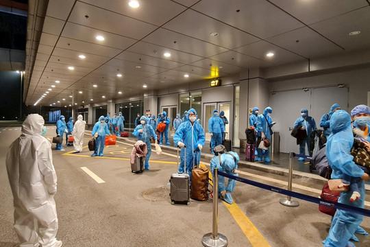 Hơn 350 hành khách từ Nhật Bản đã về đến sân bay Vân Đồn an toàn