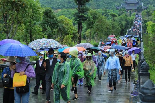 Cuối tuần, hàng ngàn người vẫn đổ về chùa Tam Chúc bất chấp mưa gió và dịch COVID-19