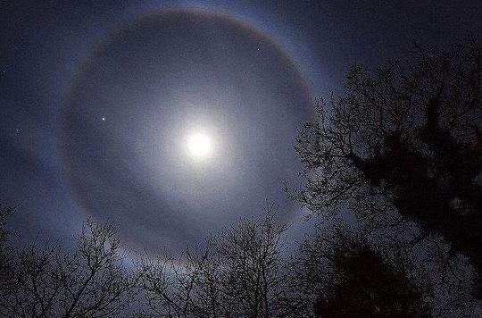 Giải mã hiện tượng quầng sáng tròn xuất hiện quanh Mặt trăng