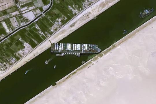 Hình ảnh con tàu khổng lồ mắc kẹt ở kênh đào Suez nhìn từ không gian