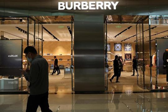 Thương hiệu xa xỉ Burberry bị dân Trung Quốc và nhà lập pháp Hồng Kông tẩy chay, Anh lên tiếng