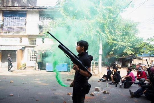 Quân đội Myanmar săn tìm 40 ca sĩ, diễn viên và người có tiếng trên MXH, nhóm thanh niên biểu tình chế súng bắn trả