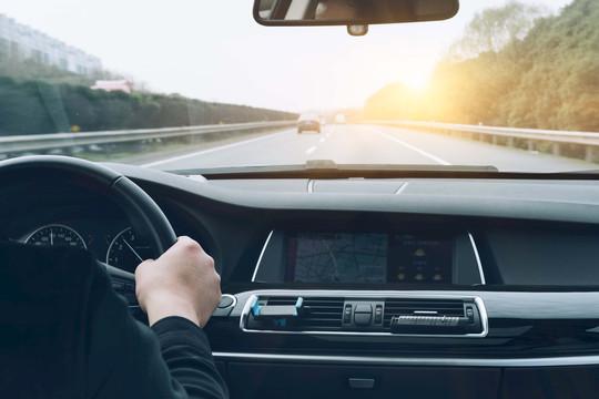 Làn đường giữa không dành cho những tay lái chậm hay những tay đua tốc độ