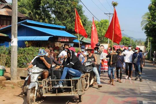 Cờ và nhà máy Trung Quốc bị đốt cháy, quân đội Myanmar bắn hạ 7 người biểu tình