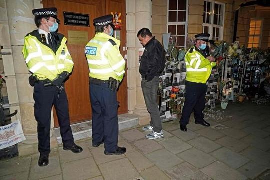 Đại sứ Myanmar tại Anh vừa phản đối quân đội, bị cấp phó nhốt bên ngoài
