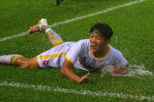Trời đổ mưa to đưa NutiFood vượt Sài Gòn vào bán kết