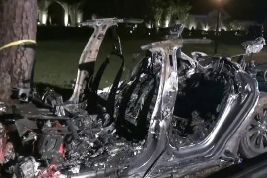 Ô tô điện Tesla không có người lái tông vào cây và bốc cháy, 2 người chết