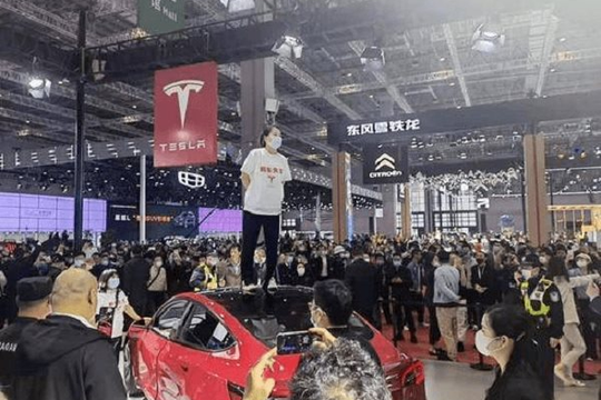 Một phụ nữ Trung Quốc 'đại náo' khu trưng bày xe Tesla