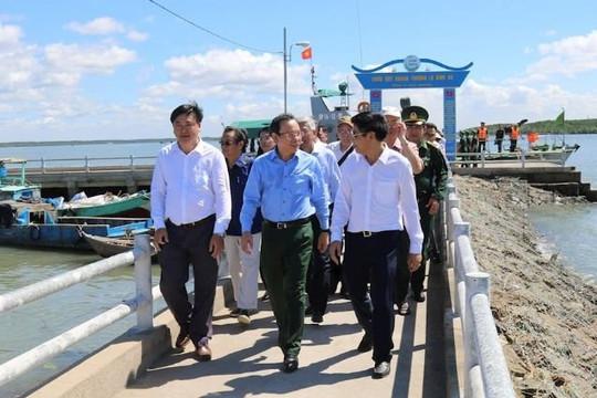 Bí thư Nguyễn Văn Nên và nhiều chuyên gia đi khảo sát huyện Cần Giờ