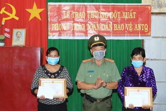 Khen thưởng 2 phụ nữ Khơme bắt 'nữ quái' cướp dây chuyền