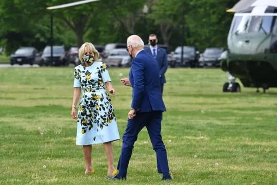 Video ông Biden hái hoa tặng vợ đạt hơn 1 triệu lượt xem