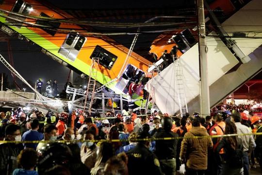 Clip cầu vượt sập, tàu điện đè lên ô tô, 23 người chết và 65 bị thương