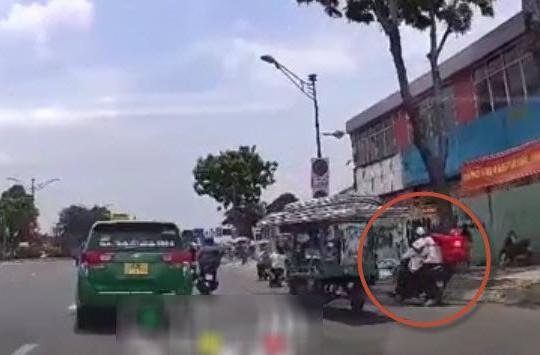 Clip shipper bị giật ĐTDĐ bám vào người tên cướp đi xe máy ở TP.HCM