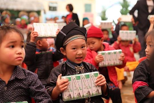 Vinamilk & Quỹ sữa Vươn cao Việt Nam trao tặng 1,7 triệu ly sữa hỗ trợ trẻ em khó khăn giữa đại dịch Covid-19