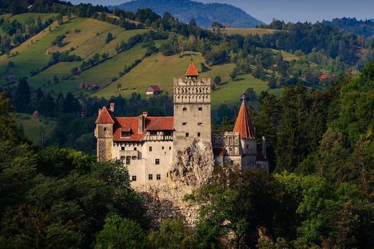 Đến thăm lâu đài Ma cà rồng, du khách được tiêm miễn phí vắc xin COVID-19