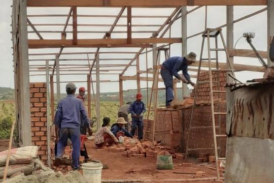 Đội từ thiện bình dân chuyên cất nhà tặng gia đình nghèo