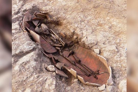 Phát hiện 40 ngôi mộ cổ với hài cốt chôn trong bình ở Pháp