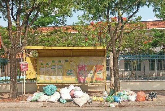 Cần Thơ: Rác thải bủa vây nhà chờ xe buýt