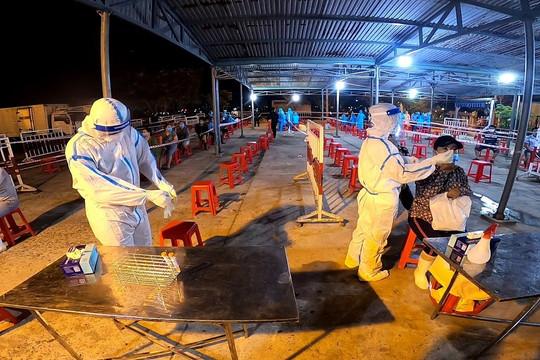 Trắng đêm lấy mẫu xét nghiệm COVID-19 tại cảng cá lớn nhất miền Trung