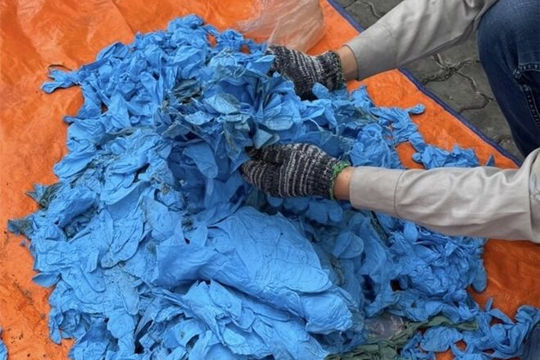 Giữa dịch COVID-19, hải quan TP.HCM phát hiện 15 tấn găng tay nguy hiểm nhập từ Trung Quốc
