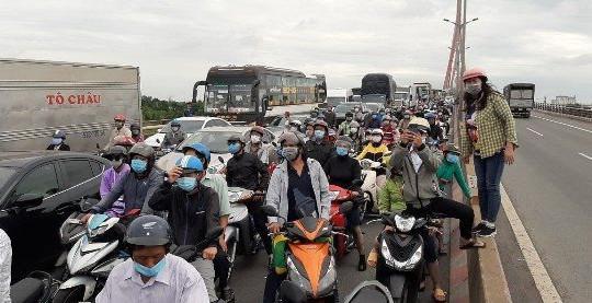 Hàng loạt xe tải đâm liên hoàn trên cầu Cần Thơ, kẹt xe hàng tiếng đồng hồ