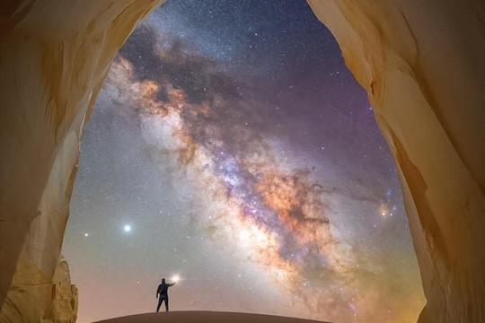 Nghệ thuật Milky Way đưa người xem đến gần hơn với vũ trụ