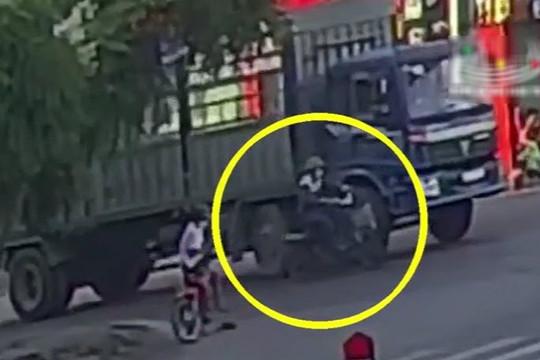 Clip thanh niên bị cuốn vào gầm xe tải sau va chạm và cái kết bất ngờ