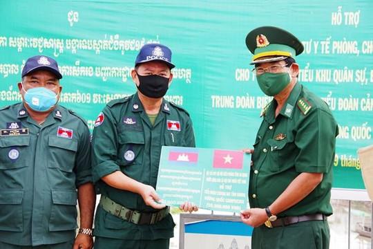 An Giang: Tặng vật tư y tế và 810 triệu đồng hỗ trợ phòng chống dịch cho tỉnh Takeo và Kandal