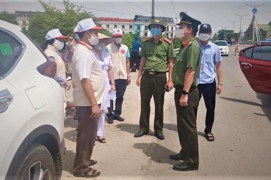 Giám đốc Caritas Giáo phận Hà Tĩnh tặng nhiều phần quà cho y bác sĩ chống dịch