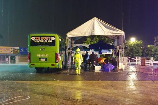 Chùm ảnh: Xe buýt làm nơi trú mưa cho lực lượng chống dịch COVID-19 tại Hà Tĩnh