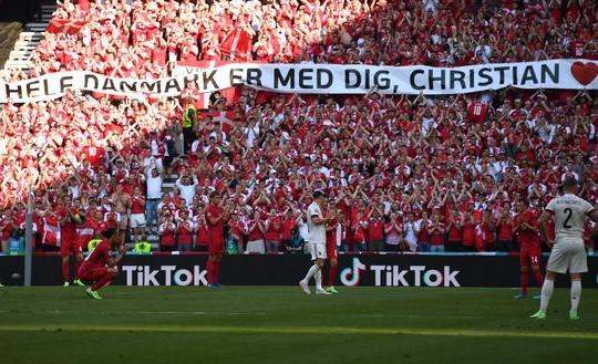 Clip Bỉ và Đan Mạch dừng trận ở phút thứ 10 tán dương Eriksen: 'Cả nước đang ở bên bạn'