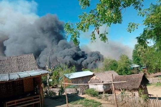 Giao tranh ác liệt ở Myanmar làm hàng vạn khu rừng bị tàn phá, dân tố quân đội đốt làng cháy rụi 200 nhà