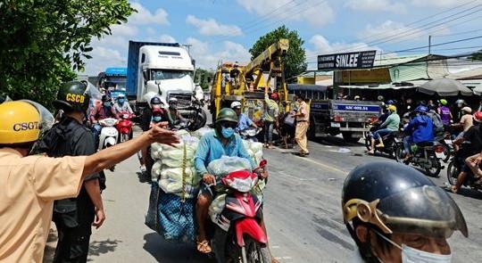 Sóc Trăng: CSGT dùng xe đầu kéo chặn đường 'xe điên'