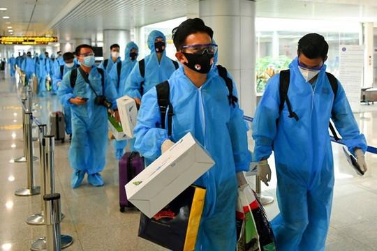 Chuyến bay chở đội tuyển Việt Nam về từ UAE có 2 ca mắc COVID-19