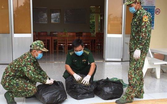 An Giang: Thấy chốt phòng chống dịch COVID-19, người đàn ông bỏ lại 13kg cần sa để thoát thân