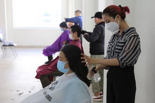 Phòng dịch COVID-19, Bệnh viện Chợ Rẫy mời thợ đến cắt tóc miễn phí cho nhân viên