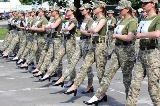 Binh sĩ nữ Ukraine đi giày cao gót trong lễ tập duyệt binh gây tranh cãi