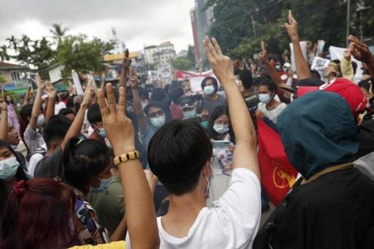 Thống tướng Myanmar đón sinh nhật buồn khi bị người biểu tình đốt ảnh và quan tài giả