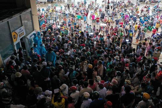 Ổ dịch chợ Bình Điền lây lan COVID-19 sang 10 tỉnh, hàng hóa được điều tiết thế nào khi đóng cửa?