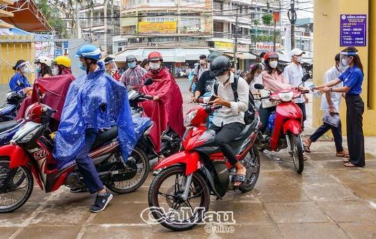 Bạc Liêu, Cà Mau: Hàng nghìn thí sinh đội mưa dự thi tốt nghiệp THPT 2021