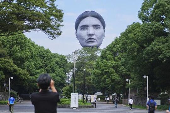 Khinh khí cầu đầu người lơ lửng trên bầu trời Tokyo trước Thế vận hội 2020
