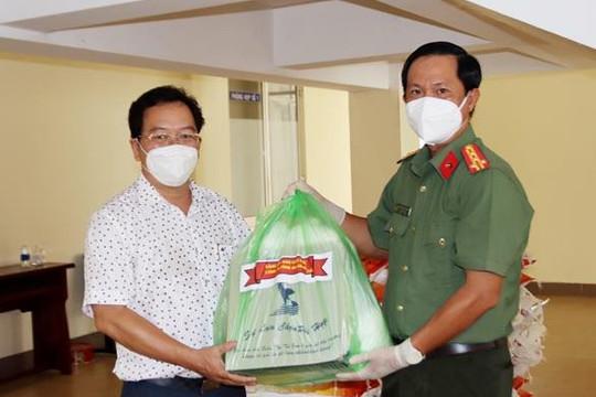 Công an An Giang trao tặng 1.000 phần quà đến người dân và cán bộ ở các khu cách ly TP.Cần Thơ